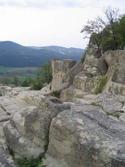 Акрополът е изграден от огромни каменни блокове с дебелина 2,8 метра