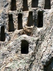 В скалите има издълбани 97 ниши