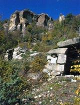 Скалите, в които се намира храмът-утроба до с. Ненково